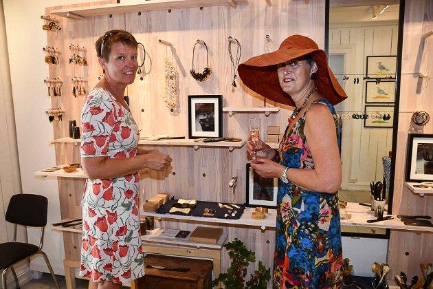 Anette Pedersen lager smykker og bruksting i horn, mens Lisa Heland trekker i trådene og samler hvert år et knippe utstillere til sommerutstilling.