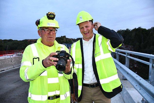 Disiplin-leder for tunneler i Nye Veier AS, Dag Ødegård, viser Ketil Solvik-Olsen bilder fra utbyggingen.