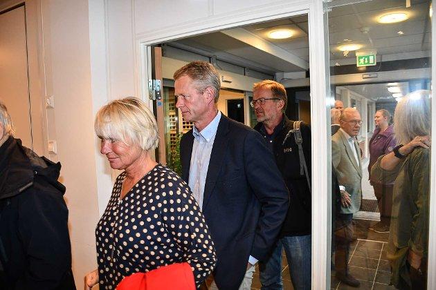 Knut Aall, som er suspendert fra Tvedestrand Høyre, på vei inn til nominasjonsmøtet.