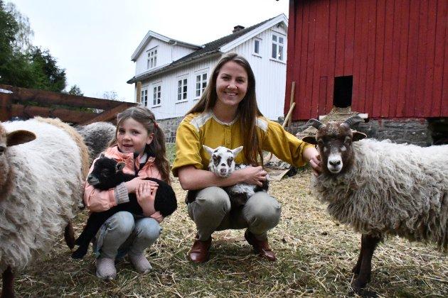 Oda Emilie Huth og datteren Lerke bor på Eikeland. På småbruket har de sauer og høns. Sauene har kommet som kopplam, og har startet tilværelsen med melk gjennom sonde.