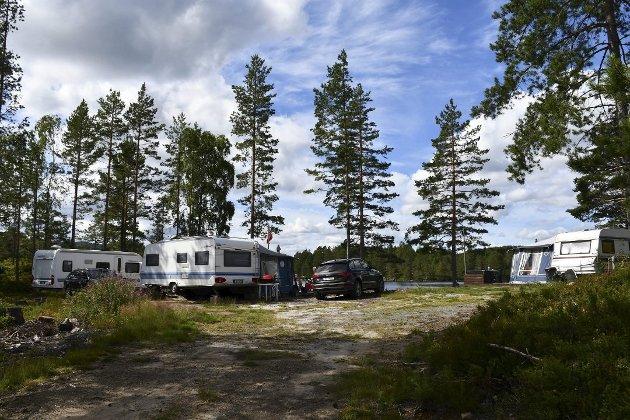 Grunneier har fått beskjed av kommunen om at campingvogner med fortelt og det som er bygget og anlagt av konstruksjoner, terrasser, bålplasser, plattinger og så videre må fjernes. Det reagerer Halvor Aabak på.