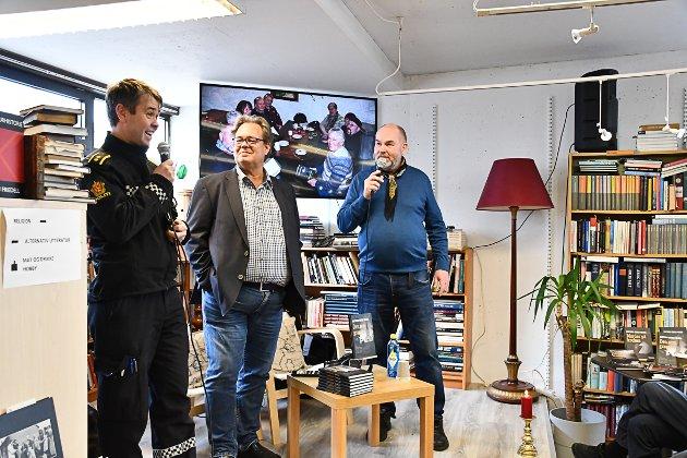 Virkelighetens politibetjent Morten Tobiassen hadde en spøkefull konfrontasjon med forfatter Guttorm Eskild Nilsen. I midten Sven Gjeruldsen.