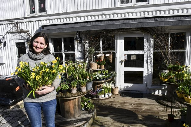 Folk vil ha blomster: Liv Holt holder butikken, Møllebekken blomster, åpent, og er glad for å få kunder. - Vi har faktisk en del innom. Folk vil ha blomster, sier hun.