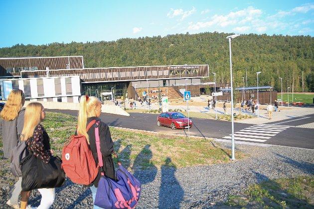 Spente elever strømmet til den nye skolen i Mjåvann.