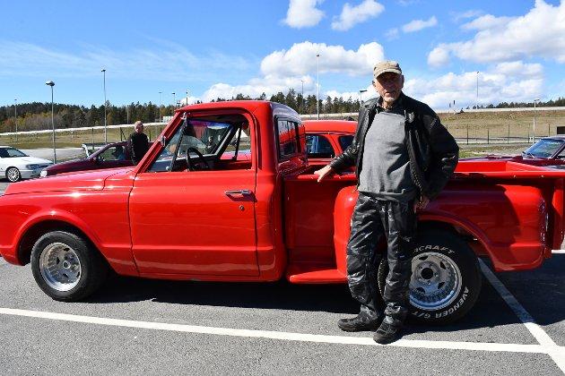 Når man er 79 må man ha en bil som duver litt, mener Asbjørn Dalshov fra Vegårshei. Hans siste prosjekt er en Chevrolet Stepside, med en trimmet V8-motor. Det er det lille stigtrinnet til venstre som har gitt bilen navn.