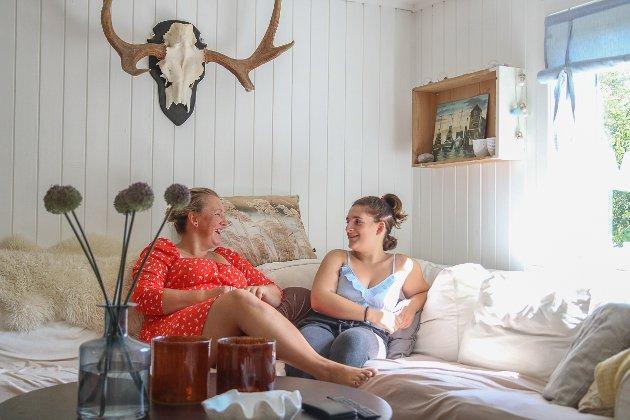 Christina og datteren Nora (18) koser seg i sofaen.