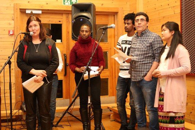 Velkommen: Torill Trøen (lengst til venstre), Abdulghani Asjan (delvis skjult), Ester Kibu, Afron Tesfaiy, Hasan Kafra og Manson Hatlang ønsket velkommen på sine respektive språk.