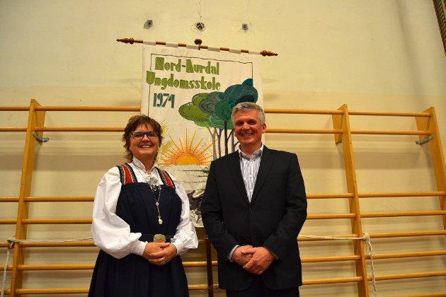 Kommunalsjef Anna-Merete Brusletten i Nord-Aurdal kommune og rektor Knut Bjørnshagen.