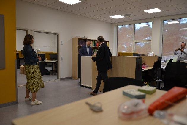 I dette rommet i østfløyen har lærerne kontorer de kan jobbe på.