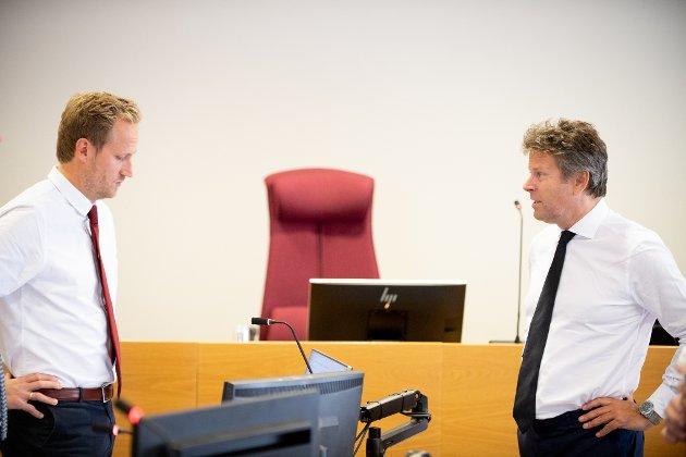 MOTSTANDERE: Aktor Esben Kyhring (t.v.) og forsvarer Thomas Skjelbred leder hver sin side i korrupsjonssaken mot Hilde Thorkildsen.