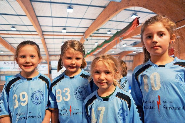 Victoria, Linnea, Sienna og Madeleine koste seg på bamsecup.
