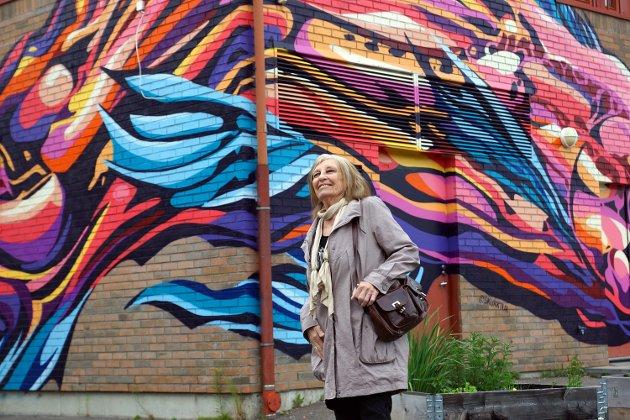 Vi traff den forbipasserende Randi Erøy fra Vestby på tur i Vestby sentrum. Hun forteller til lokalavisen at hun synes den nye gatekunsten er kjempefin.