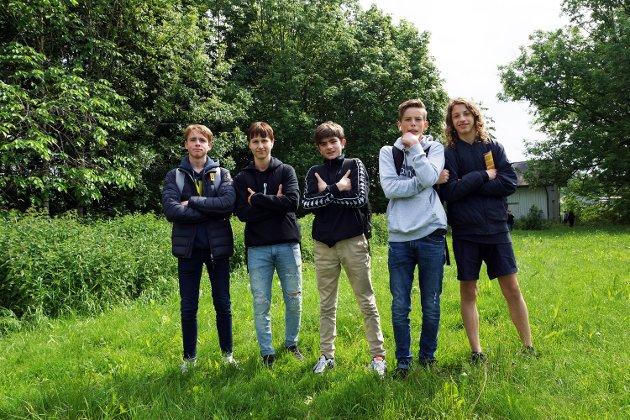 Fem fornøyde elever fra Vestby ungdomsskole.