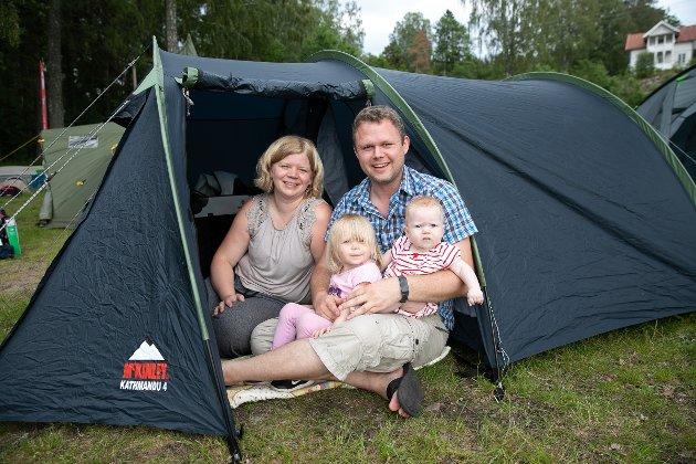 Anne Marit Rød og Steffen Scheen med barna Solveig (2) og Pernille på fem måneder så fram til en natt på Krokstrand.