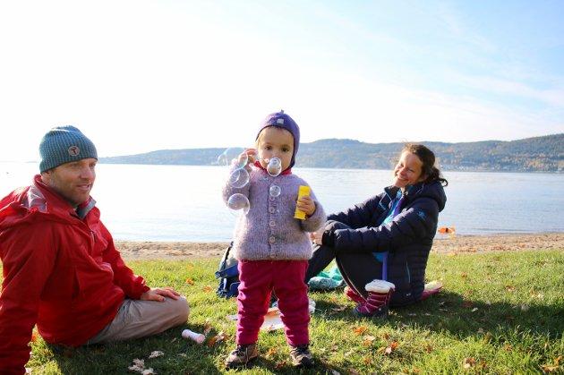 Ryan, Emilie og Maya Gray bor på Nordstrand, men slapper av på stranda i Hvitsten denne ettermiddagen. Tre år gamle Maya elsker å blåse bobler!