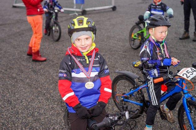 Glade og fornøyde barn etter medaljeutdeling.