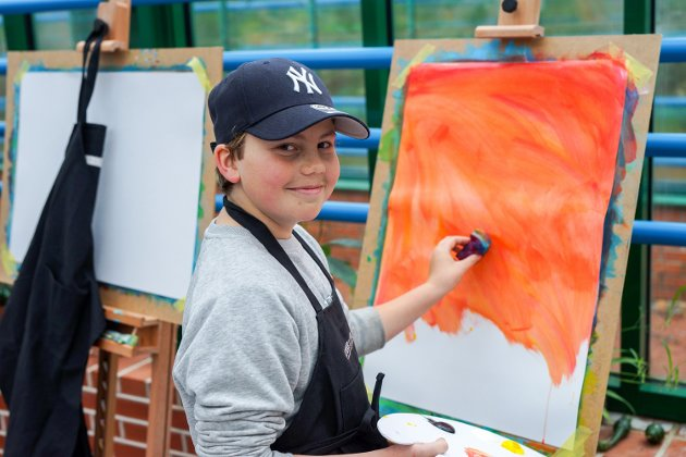 Leo kom raskt i gang med sitt maleri.