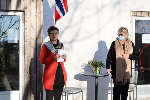 Ellen Marie Rode Skaflestad (t.v.) er leder i Vestby kunstforening. Hun ønsket velkommen og sørget for å minne om smittevernreglene før gjestene fikk komme inn.