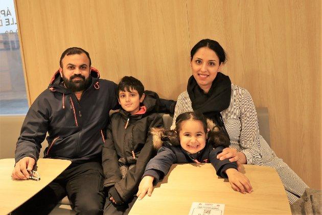 Farhad, Sofian (9), Aiza (3) og Taiba var på langtur og stoppet for å ta litt mat. – Det er veldig fint her, sier Taiba.