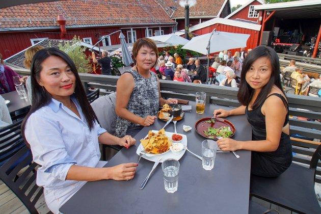 Christina til venstre hadde med seg venninnene Luqi og Lea.