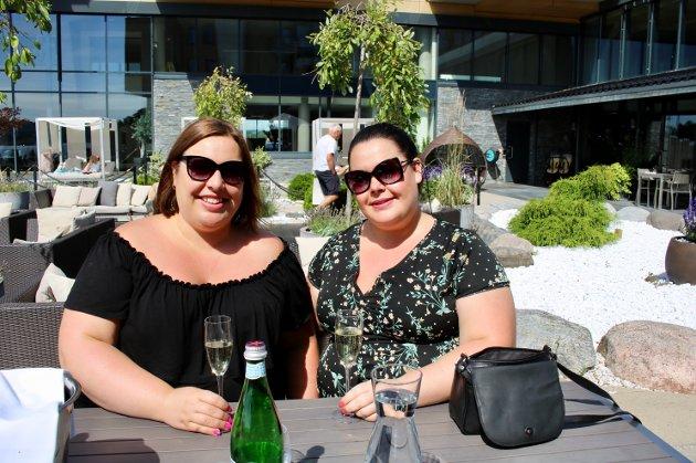 Carina og Ida Johansen nyter dagen med bobler i glasset.