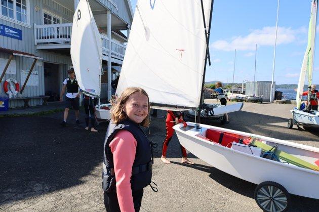 SNART: Båten er klar for vannet og Mathea (11) tar ansvar for å trille den ned til brygga.