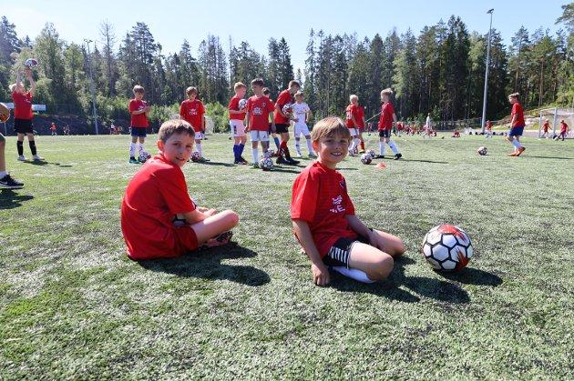 VARMT: Theodor (9) og Alvin (9). De syns det er litt varmt, men absolutt verdt det.