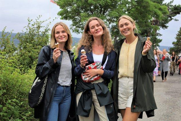 Venninnene Anje Isene (28), Susanna Solsrud (30) og Julie Gunnerød (30) stråler mot kameraet med hver sin kroneis i hånden.  De synes  alle det er spennende å få høre hva kunstnerne har tenkt da de lagde verkene de har sett i dag. – Også er det fint med en liten rundtur for meg som ikke er lokal, sier Isene. Hun forsikrer om at hennes første tur til Son har gitt mersmak. – Her er det varmt og idyllisk.