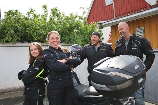 FAR-DATTER TUR: Fra Venstre: Saga Hammerø, Sandra Frøysa, Morten Frøysa og David Hammerø ankom Son på motorsykkel. – Det har blitt tradisjon å ta med døtrene våre på en far-datter tur på motorsykkel, forteller Morten Frøysa. Nå er det åttende gangen de tar turen til Sagakollen mellom Drøbak og Hvitsten. De forteller at det er første gang de er i Son, men nå skal de utforske plassen. Opprinnelig kommer de fra Nittedal og Ytre Enebakk. For begge familier blir det norgesferie. – Utlandet får vente, sier David Hammerø. Både Saga (12) og Sandra (14) bekrefter at de gleder seg til å selv få motorsykkel-lappen.