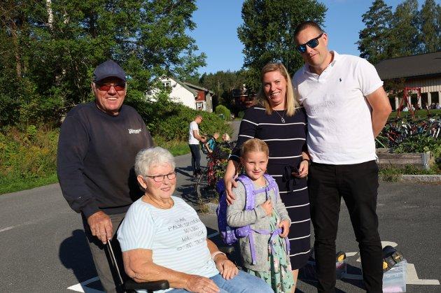 Besteforeldrene Johan Sletten og Liv-Reidun Sletten fulgte stolt sitt barnebarn,  Mari Hem, til sin første skoledag. Foreldrene Silje og Lars Hem var selvsagt også med
