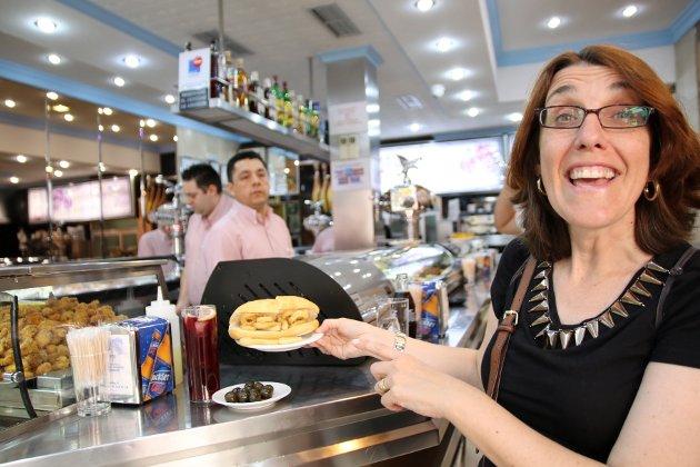 ENTUSIASME: Patricia Morcillo Mostaza forklarer med entusiasme at de lokale gjerne stikker innom en bule som Cervecería Sol Mayor og kjøper den berømte sandwichen med fritert blekksprut til lunsj.  FOTO: Heidi Røsok-Dahl /