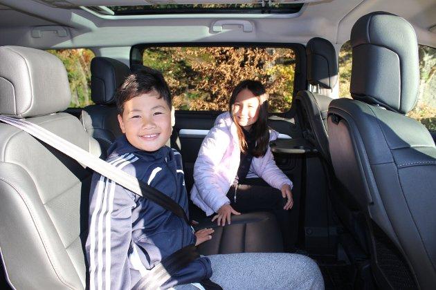 POPULÆR: Testens medhjelpere for anledningen, Adrian (nærmest) og Linnea, stortrivdes i «kjempe-Toyota'n».