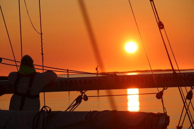 MIDNATTSOL: Finnes det en bedre måte å oppleve midnattsol på enn fra seilbåt? Foto: Linda Øverli Nilsen  FOTO:  /