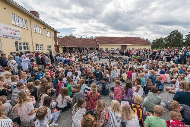 Kapasiteten er sprengt på Nesoddtangen skole, kommunens største barneskole. Dette bildet er fra en konsert i skolegården i 2016.