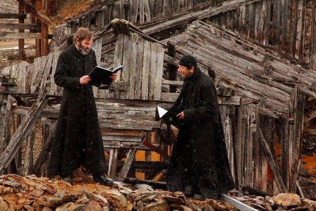 Kraftig regnvær gjorde det til tider tøft for de to hovedrolleinnehaverne, Lasse Kolsrud og Helge Jordal.