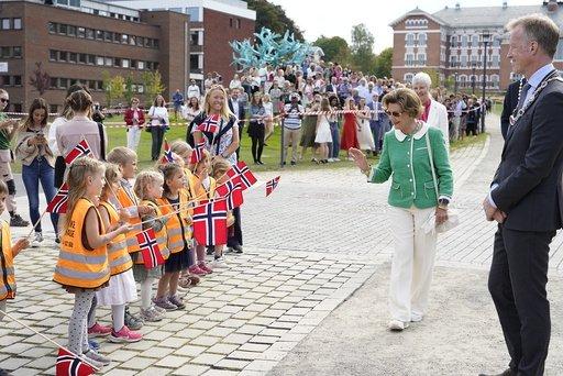 Onsdag var det offisiell åpning av Veretinærhøgskolen. Dronning Sonja var til stede og fikk bl.a. hilse på barn fra Åkebakke barnehage.