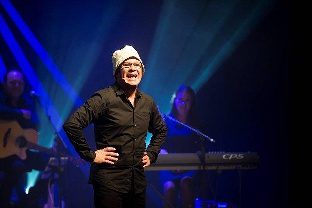 Bjarte Hjelmeland er tilbake i Bergen med sin nye forestilling, «I lånte fjær». – En fest av en forestilling, mener vår anmelder.
