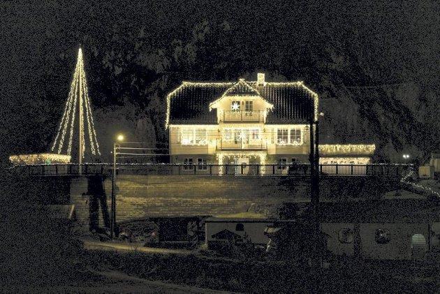 – Lys gir oss varme og glede gjennom årets mørkeste måned. (Bildet er fra en artikkel om familiens Berges hus på Søfteland). FOTO: RUNE JOHANSEN