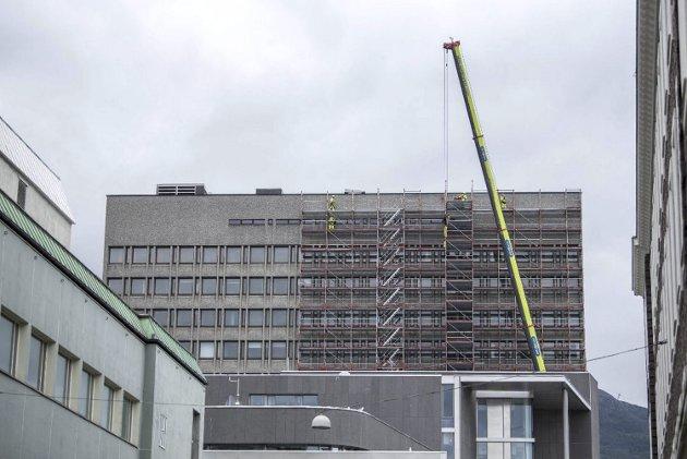 – Nå kommer alle feilvurderingene rullende frem under rehabiliteringen av Rådhuset i Bergen. Kan bystyret innrømme tabben og pause prosjektet for å utrede riving og nybygg? ARKIVFOTO: SKJALG EKELAND