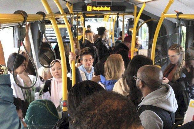 – Vi er bekymret fordi vi har sett utviklingen fra ytterst få passasjerer som holdt god avstand, til overfylte busser, skriver bussjåføren. ARKIVFOTO: BA