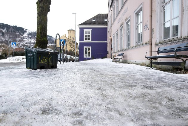 Myndighetene bør vurdere om det er rimelig å overlate alt ansvar for å fjerne is og snø på offentlig grunn til private huseiere. FOTO: ANDERS KJØLEN
