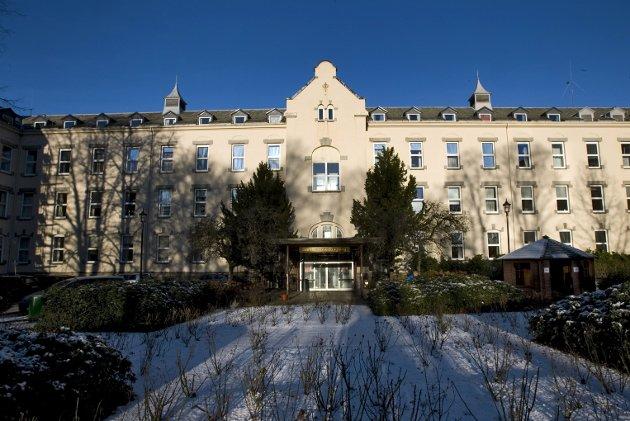 – Sykehus bygges ikke lenger som Gamle Hovedbygg på Haukeland, hvor jeg jobber. Det er nok mye bra i det. Men pasientbehandling i brakker på parkeringsplassen til nybygde Kalnes i Østfold, er uverdig. ARKIVFOTO: Eirik Hagesæter