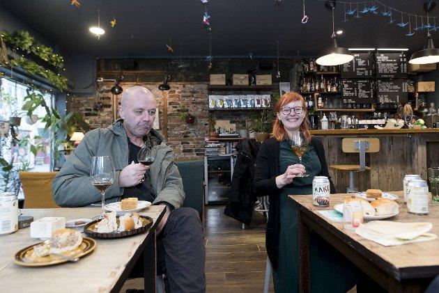 Ølentusiast Rolv Bergesen og Egle Stockute på utestedet Vågal tester det nye ølet fra 7 Fjell til fyrstekake, boller og andre søte fristelser.