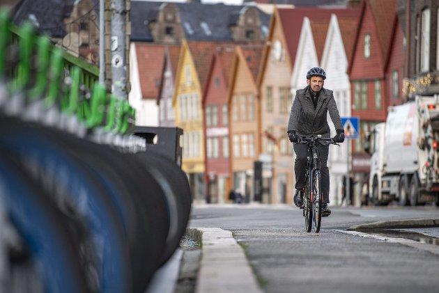 – Reidar Thorsteinsen (på bildet) er talsmann for Syklistenes landsforening. Ikke uventet er han skeptisk til at eksisterende sykkelfelt mot Sandviken gir tilstrekkelig sikkerhet. Sykkelforeningen vil ha så mye sykkelvei som mulig, på toppen av bilveiene. Både sementbruken og arealsluket setter en støkk i miljøbevisste sjeler som meg. FOTO: EIRIK HAGESÆTER