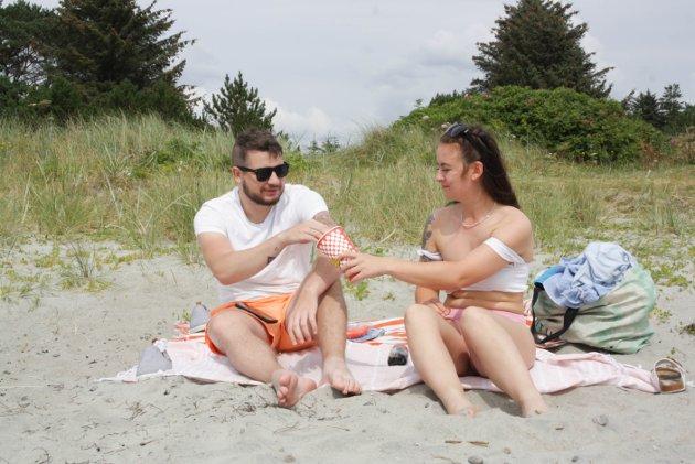 SKULLE BADA: Paret Andreas Bergerud (25) frå Lillestrøm og Amalie Jensen (23) frå Egersund åt popcorn før dei skulle bada.