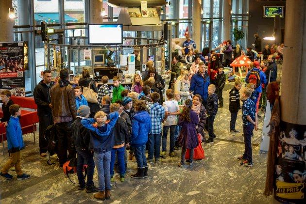 Tradisjon: Den store kinodagen pleier å samle mye folk i Fredrikstad. Bildet viser kø foran billettluken for to år siden.