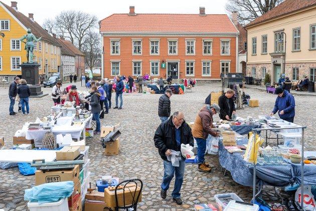 Selgerne på frimarkedet i Gamlebyen ville være de første til å få et mer positivt inntrykk av DNB dersom minibanken ble gjenåpnet, ifølge Erland Lyngves argument. Bildet er fra årets åpning av markedet.