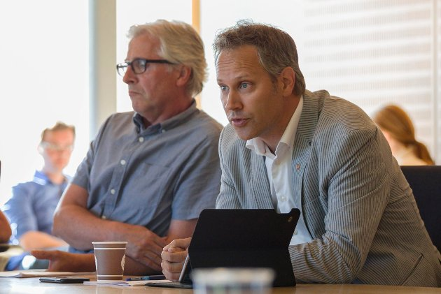 Ordfører Jon-Ivar Nygård (bildet) bør tone ned kritikken av Henning Aall, mener Aalls sentrumsallierte Lino Lubiana. Rådmann Ole Petter Finnes i bakgrunnen på dette bildet fra kontrollutvalgets møte onsdag.