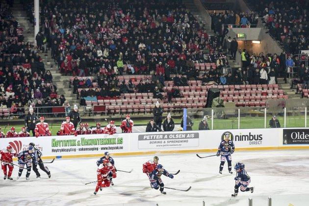 Mange forsvant: Da kampen startet var det helt fullsatt på Fredrikstad Stadion. Men utover i kampen forsvant det mange fra de nederste plassene på tribunen. foto: kent inge olsen