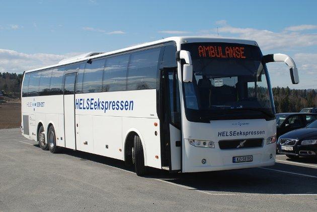 Skepsisen forsvant: – Bussene til Pasientreiser er helt moderne, topp utstyrt som ambulanser inkludert «blålys». I tillegg til rutinerte sjåfører var de bemannet med vennlig ambulansebetjening, roser Jan-Erik Erichsen.